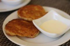 Άσπρο πιάτο με τηγανισμένα cheesecakes στοκ φωτογραφία με δικαίωμα ελεύθερης χρήσης