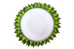 Άσπρο πιάτο με το φύλλο μπανανών στοκ εικόνες με δικαίωμα ελεύθερης χρήσης