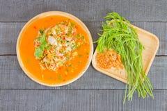 Άσπρο πιάτο με το ψημένο κοχύλι στρειδιών με το τυρί, στρείδια σαλάτας, s Στοκ Εικόνες