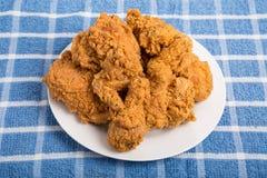 Άσπρο πιάτο του τηγανισμένου κοτόπουλου στην μπλε πετσέτα Στοκ φωτογραφία με δικαίωμα ελεύθερης χρήσης