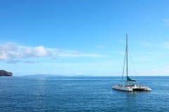 Άσπρο πλέοντας σκάφος περιπέτειας Στοκ φωτογραφία με δικαίωμα ελεύθερης χρήσης
