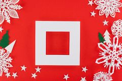 Άσπρο πλαίσιο με τα χριστουγεννιάτικα δέντρα, τα αστέρια και snowflakes εγγράφου γύρω Στοκ Εικόνες