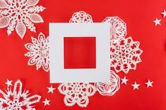 Άσπρο πλαίσιο Χριστουγέννων με τα αστέρια και snowflakes εγγράφου γύρω Στοκ Εικόνα