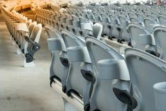 Άσπρο πλαστικό που διπλώνει τα κενά κόκκινα καθίσματα στη συναυλία ή το γήπεδο ποδοσφαίρου Στοκ εικόνες με δικαίωμα ελεύθερης χρήσης