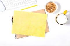 Άσπρο πληκτρολόγιο, ποντίκι, sketchbook, κίτρινο έγγραφο και μολύβι τεχνών, πιάτο με το granola και μεγάλο φλυτζάνι του γάλακτος  Στοκ εικόνες με δικαίωμα ελεύθερης χρήσης