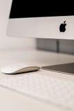 Άσπρο ποντίκι της Apple με το θολωμένο πληκτρολόγιο στο υπόβαθρο Στοκ φωτογραφία με δικαίωμα ελεύθερης χρήσης