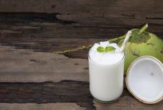 Άσπρο ποτό μίγματος χυμού φρούτων καταφερτζήδων καρύδων milkshake υγιές στοκ εικόνα