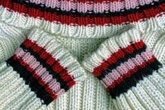 Άσπρο πουλόβερ με τα χρωματισμένα λωρίδες Στοκ Εικόνα