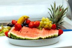 Άσπρο πρόγευμα ξενοδοχείων φραουλών καρπουζιών μπανανών μπουφέδων προγευμάτων μούρων φρούτων ρύθμισης σταφυλιών πιάτων στοκ φωτογραφία με δικαίωμα ελεύθερης χρήσης