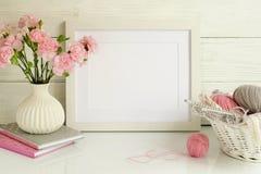 Άσπρο πρότυπο πλαισίων με τα ρόδινα γαρίφαλα στοκ εικόνες