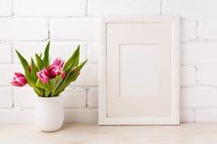 Άσπρο πρότυπο πλαισίων με τη ροδανιλίνης ρόδινη τουλίπα στο δοχείο λουλουδιών Στοκ εικόνα με δικαίωμα ελεύθερης χρήσης