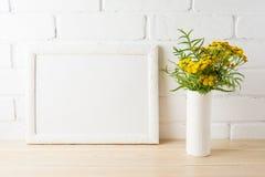 Άσπρο πρότυπο πλαισίων τοπίων με το κίτρινο χρωματισμένο BR λουλουδιών πλησίον Στοκ εικόνες με δικαίωμα ελεύθερης χρήσης