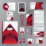 Άσπρο πρότυπο ταυτότητας με τα κόκκινα στοιχεία origami Το διανυσματικό ύφος επιχείρησης για την οδηγία brandbook και τα CD κουπώ ελεύθερη απεικόνιση δικαιώματος