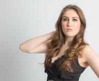 Άσπρο πρότυπο brunette στο μαύρο φόρεμα Στοκ Εικόνες