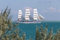 Άσπρο πλέοντας σκάφος που επιπλέει σε Μαύρη Θάλασσα Στοκ φωτογραφία με δικαίωμα ελεύθερης χρήσης