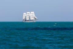 Άσπρο πλέοντας σκάφος που επιπλέει σε Μαύρη Θάλασσα Στοκ εικόνα με δικαίωμα ελεύθερης χρήσης