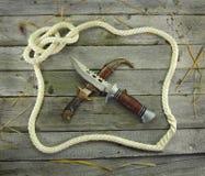 Άσπρο πλαίσιο σχοινιών με τα διασχισμένα μαχαίρια Στοκ Φωτογραφία