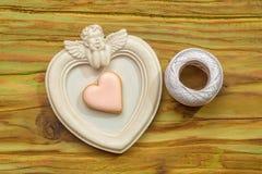 Άσπρο πλαίσιο φωτογραφιών αγγέλου με το άσπρο νήμα και τη διακοσμητική καρδιά Στοκ εικόνες με δικαίωμα ελεύθερης χρήσης