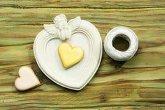 Άσπρο πλαίσιο φωτογραφιών αγγέλου με το άσπρο νήμα και τη διακοσμητική καρδιά Στοκ φωτογραφία με δικαίωμα ελεύθερης χρήσης