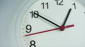 Άσπρο ρολόι δώδεκα η ώρα στο άσπρο υπόβαθρο, χρονικό σφάλμα 20 λεπτά που κινούνται γρήγορα απόθεμα βίντεο