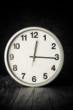 Άσπρο ρολόι σε έναν πίνακα Στοκ Εικόνες