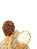 Άσπρο ρύζι και κόκκινο ρύζι στο ξύλινο κουτάλι Στοκ εικόνες με δικαίωμα ελεύθερης χρήσης