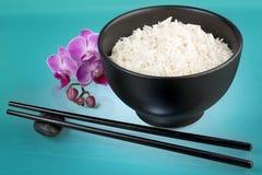 Άσπρο ρύζι, ορχιδέα και chopsticks Στοκ φωτογραφία με δικαίωμα ελεύθερης χρήσης