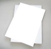 Άσπρο σαφές έγγραφο γραφείων για το γκρίζο υπόβαθρο Στοκ Εικόνες