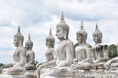 Άσπρο σημάδι εδάφους αγαλμάτων του Βούδα της Ταϊλάνδης στοκ εικόνα
