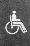 Άσπρο σημάδι αναπηρίας σε έναν χώρο στάθμευσης Στοκ εικόνα με δικαίωμα ελεύθερης χρήσης