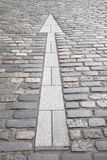 Άσπρο σημάδι βελών, πέτρινη οδός Cobbled, ST Andrews Στοκ φωτογραφία με δικαίωμα ελεύθερης χρήσης