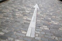 Άσπρο σημάδι βελών, πέτρινη οδός Cobbled, ST Andrews, Fife, Scotla Στοκ Εικόνες