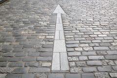 Άσπρο σημάδι βελών, πέτρινη οδός Cobbled, ST Andrews, Fife, Scotla Στοκ Φωτογραφίες