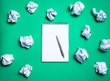 άσπρο σημειωματάριο με τη μάνδρα σε ένα πράσινο υπόβαθρο μεταξύ των σφαιρών εγγράφου Η έννοια της παραγωγής των ιδεών, που εφευρί στοκ εικόνες