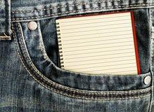 Άσπρο σημειωματάριο στην τσέπη τζιν Στοκ Εικόνες