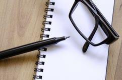 Άσπρο σημειωματάριο Στοκ φωτογραφίες με δικαίωμα ελεύθερης χρήσης