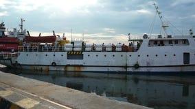 Άσπρο σκάφος που αναχωρεί από το Vung Tau στο νησί Con Dao που αφήνει τη θέση ελλιμενισμού στην αποβάθρα στο λιμάνι για την αναχώ