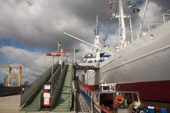 Άσπρο σκάφος στην αποβάθρα Στοκ φωτογραφίες με δικαίωμα ελεύθερης χρήσης