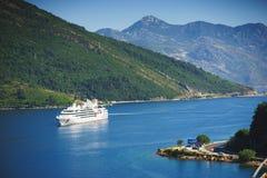 Άσπρο σκάφος της γραμμής επιβατών στον κόλπο Μαυροβούνιο, κόλπος Boka Kotorska μια καυτή θερινή ημέρα Στοκ φωτογραφία με δικαίωμα ελεύθερης χρήσης