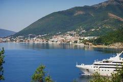 Άσπρο σκάφος της γραμμής επιβατών στον κόλπο Μαυροβούνιο, κόλπος Boka Kotorska μια καυτή θερινή ημέρα Στοκ Εικόνες