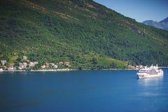 Άσπρο σκάφος της γραμμής επιβατών στον κόλπο Μαυροβούνιο, κόλπος Boka Kotorska μια καυτή θερινή ημέρα Στοκ εικόνα με δικαίωμα ελεύθερης χρήσης