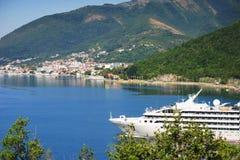 Άσπρο σκάφος της γραμμής επιβατών στον κόλπο Μαυροβούνιο, κόλπος Boka Kotorska μια καυτή θερινή ημέρα Στοκ Φωτογραφία