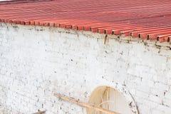 Άσπρο σπίτι με την κόκκινη στέγη στοκ φωτογραφία