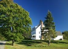 Άσπρο σπίτι της Νέας Αγγλίας με το μέρος Στοκ Φωτογραφία