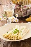 Άσπρο σπαράγγι με το άσπρο κρασί Στοκ Εικόνα