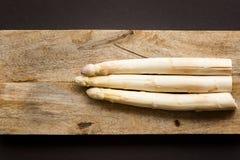 Άσπρο σπαράγγι στο ξύλινο υπόβαθρο Στοκ Φωτογραφίες