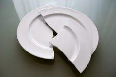 Άσπρο σπασμένο πιάτο στον πίνακα γυαλιού Στοκ φωτογραφίες με δικαίωμα ελεύθερης χρήσης