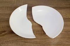 Άσπρο σπασμένο πιάτο στον πίνακα Στοκ Φωτογραφίες