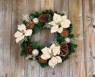 Άσπρο στεφάνι Χριστουγέννων Poinsettia διακοπών στον αγροτικό κέδρο ξύλινο Στοκ εικόνα με δικαίωμα ελεύθερης χρήσης