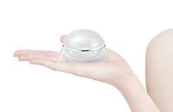 Άσπρο στρογγυλευμένο καλλυντικό βάζο σε διαθεσιμότητα Στοκ Φωτογραφία